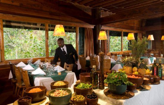 Prunkvolle Tischdekoration in der Serena Mountain Lodge in Kenia
