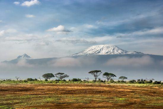 O majestoso Monte Kilimanjaro visto a partir da savana