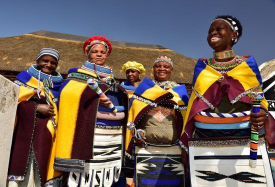 Ndebele Frauen in traditioneller Tracht