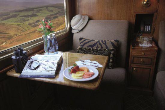 Safari-Hut, Ferngläser und Snacks liegen neben einem Fenster des Blue Train bereit