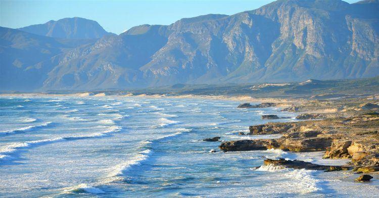 Montagnes face à la mer sur la Route des Jardins en Afrique du Sud