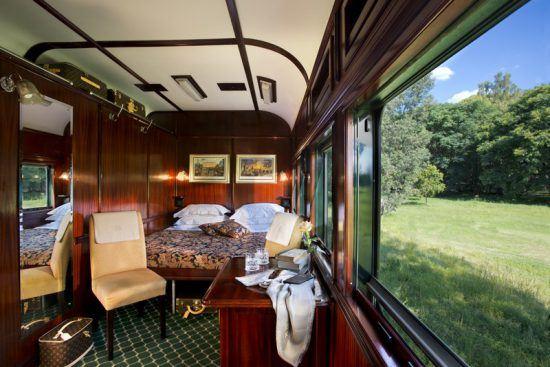 O luxuoso interior de uma suíte deluxe no Rovos Rail