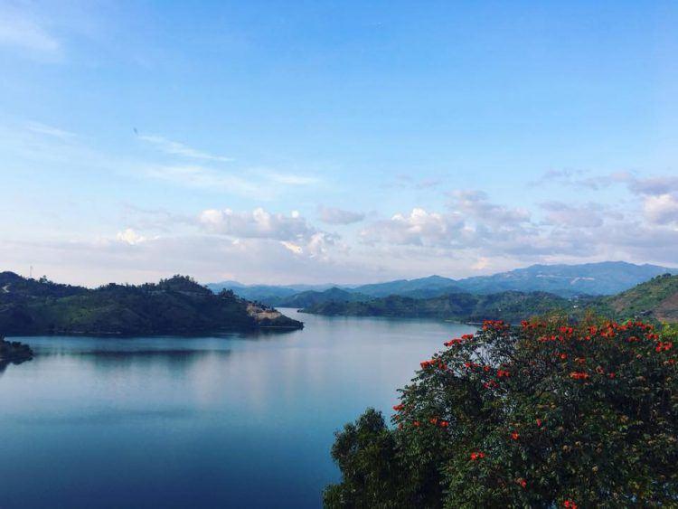 Lac Kivu à l'Est du Rwanda, ses colines verdoyantes et ses arbres colorés.