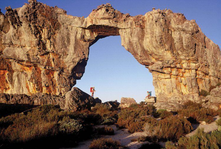 Arche Wilfberg et lumières du soir au soleil couchant à Cederberg, Afrique du Sud