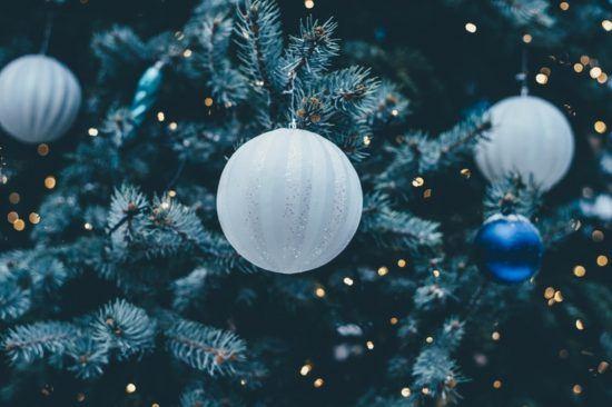 Weihnachtskugeln in Tannennadeln