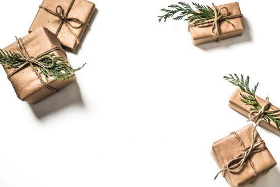 Weihnachtsgeschenke auf weißem Hintergrund