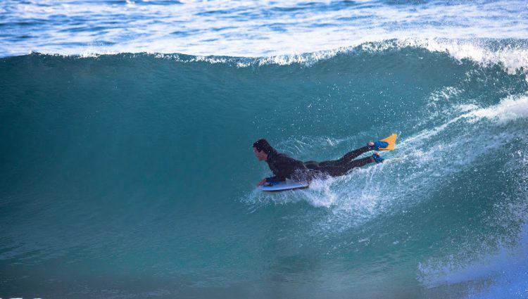 Surfeur dans la vague.