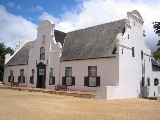 Das weiße Manor House von Groot Constantia im Kap-Weinland in typisch kapholländischer Architektur