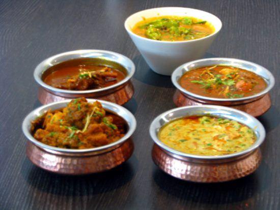 Indische Currys in Töpfen