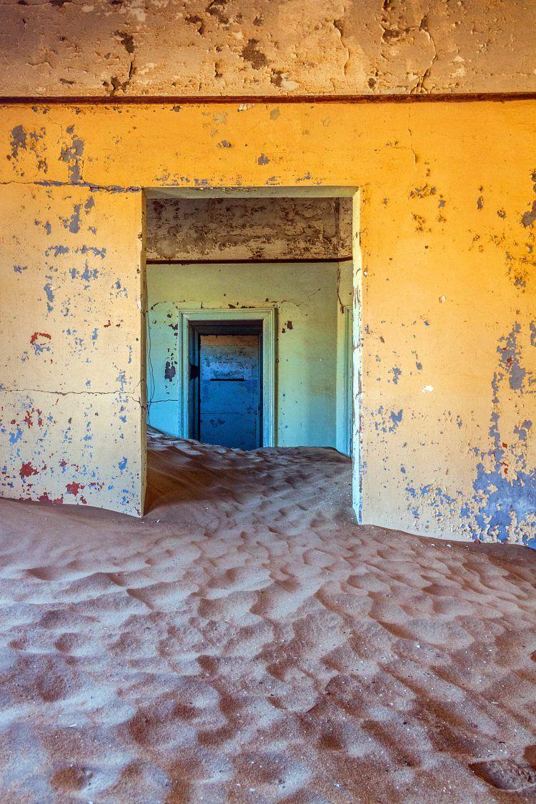 Habitation ensevelie par le sable dans la ville de Kolmanskop en Namibie.