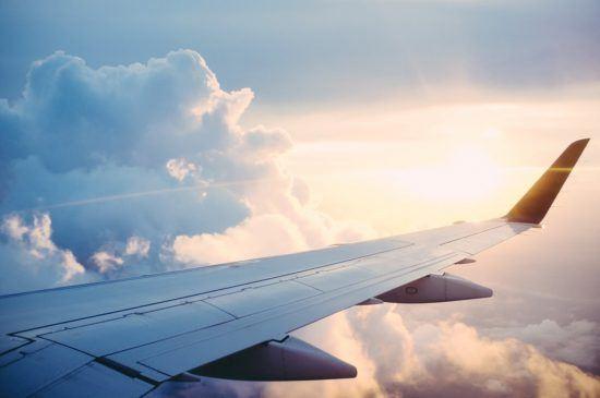 Flugzeugflügel im Himmel