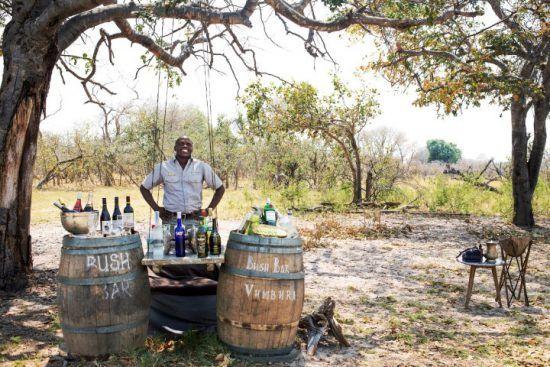 Ein Mann steht hinter einer Bar mitten im afrikanischen Busch - Reiseführer Botswana