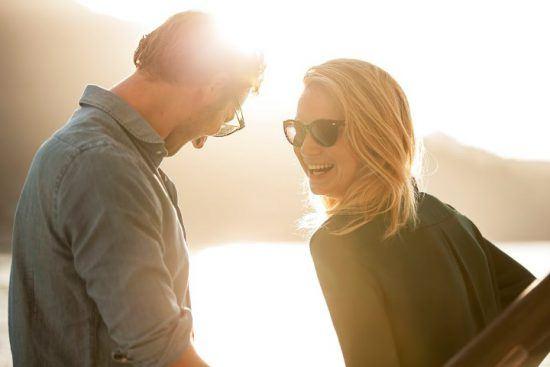 Mann und Frau im Sonnenschein an der Garden Route in Südafrika