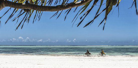 Fahrradfahren am Sandstrand von Sansibar