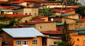 Maisons à flanc de colline à Kigali, l'une des villes d'Afrique à visiter