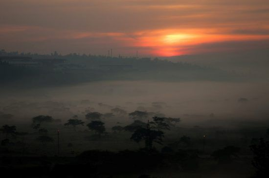 Neblige Landschaft bei Sonnenaufgang