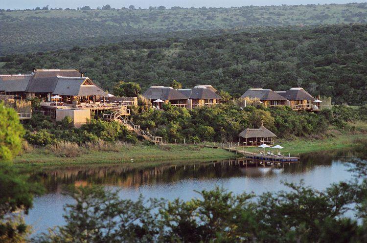 Le lodge Pumba Water Lodge offre des vues imprenables sur le lac et ses couchers de soleil, idéal pour un safari autour du Cap.