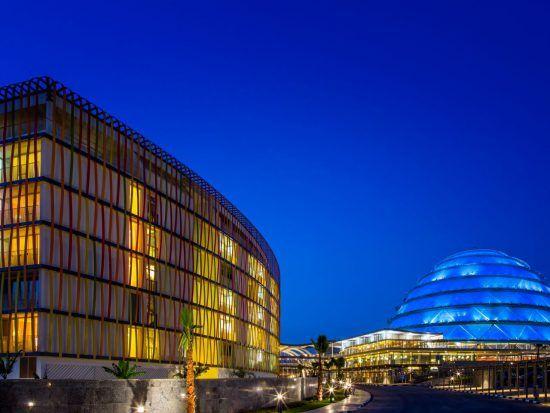 Der beleuchtete Außenbereich des Radisson Blu in Kigali