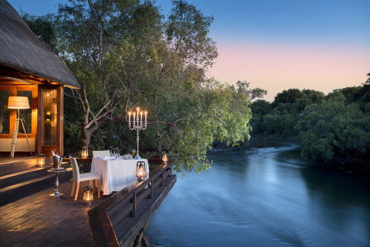 Dîner à la lumière des bougies sur le fleuve du Zambèze en Zambie.
