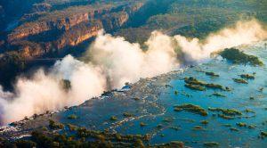 """Vue aérienne de la """"fumée qui gronde"""" des Chutes Victoria, Zambie"""