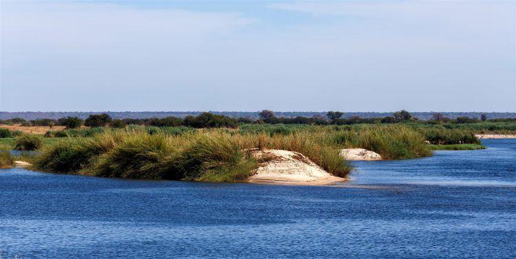 Paysages humides et bande de Caprivi contrastant avec l'aridité des déserts namibiens.