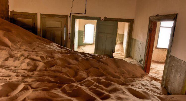 Kolmanskop et ses maisons abandonnées, recouvertes de sable.