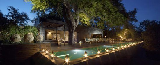 Romantische Beleuchtung rund um den Hauptpool der Silvan Safari Lodge