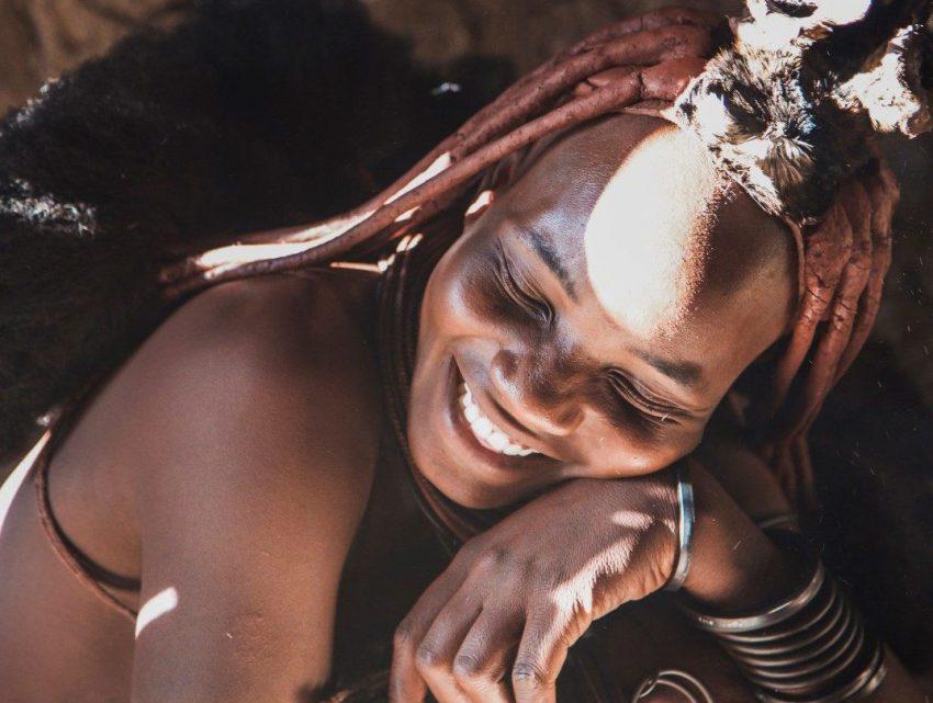 Himba mit der traditionellen Hautbemalung aus Tonerde