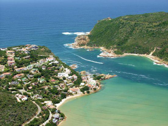 Küstenabschnitt und türkisblaue Lagune in Knysna an Südafrikas Garden Route