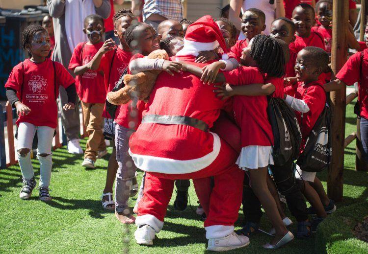 Joie des enfants du centre de Khumbulani à la rencontre du père Noël lor d'une action de bénévolat au Cap