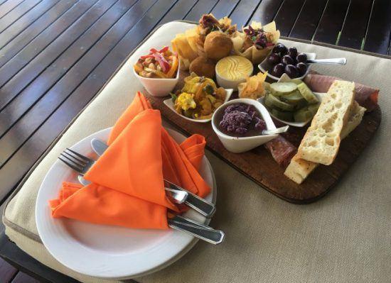 Willkommenssnacks in der Lukimbi Safari Lodge: Oliven, Käse, Schinken und Brot lecker angerichtet