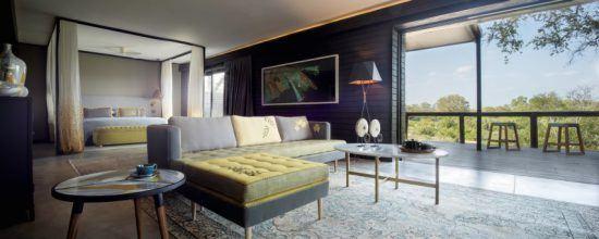 Die offene Architektur der Cassia Suite mit gelben Dekoelementen