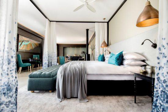 Ein Schlafbereich in hellen Farben mit handbestickten Mückennetzen - die Kierie Klapper Suite der Silvan Safari Lodge