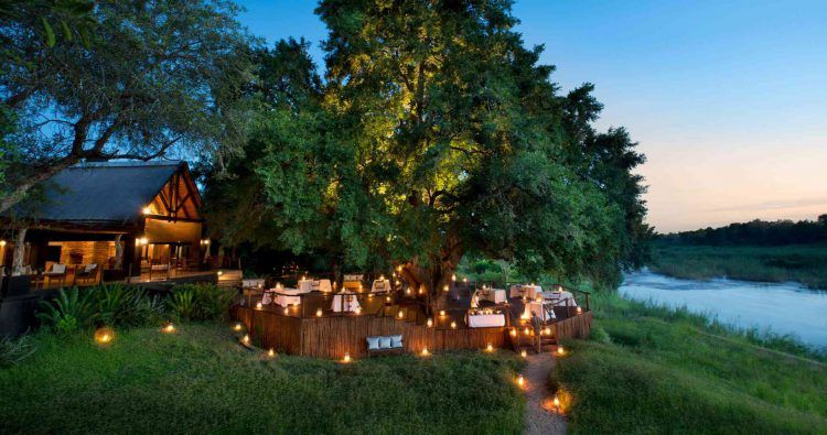 Dîner à la lumière des bougies dans la réserve de Sabi Sand en Afrique du Sud