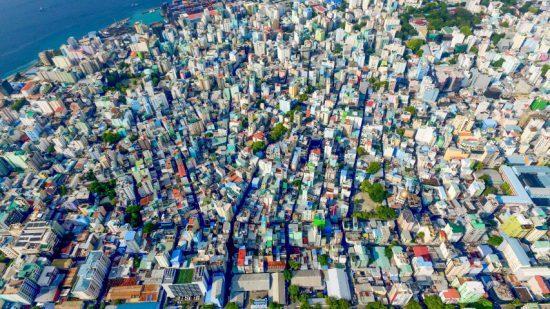 Die bunten Dächer von Malé aus der Vogelperspektive