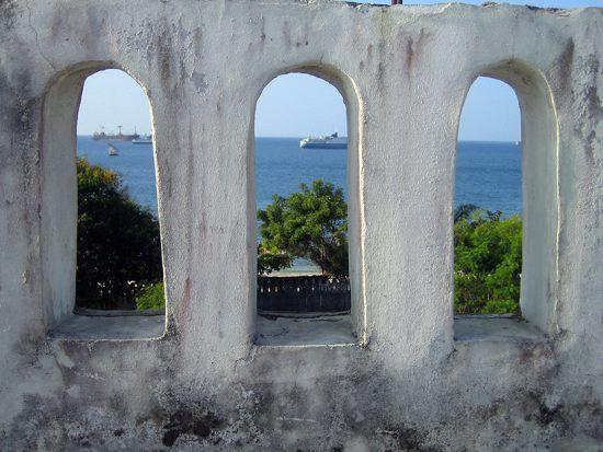 Vista do oceano através de um edifício, Stone Town
