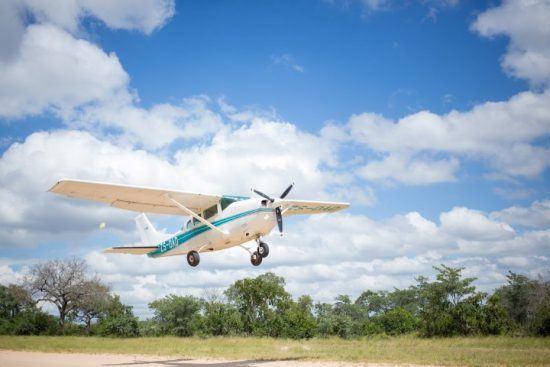 Ein Kleinflugzeug hebt vor blauem Himmel mit weißen Wolken ab