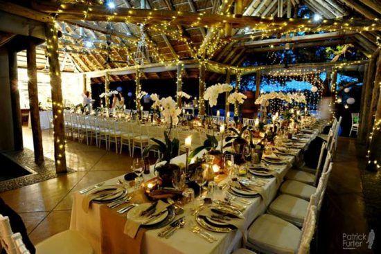 Fein gedeckte Tische in romantischem Ambiente - Hochzeit im Krüger Nationalpark