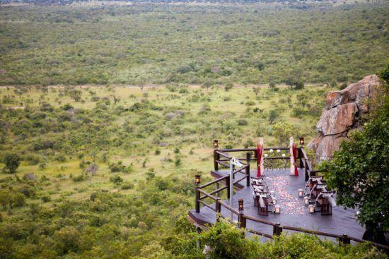 Blick auf eine Hochzeitslocation in spektakulärer Lage an einem Felsbruch mit Blick auf den Busch