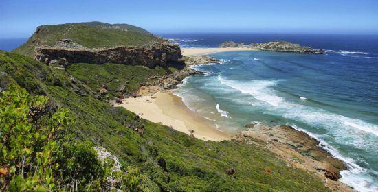 Blick auf die malerische Küste des Robberg Naturreservats an der Garde Route