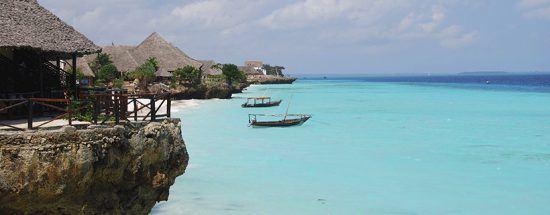Klares, türkisblaues Wasser am weißen Strand Nungwi Beach auf Sansibar
