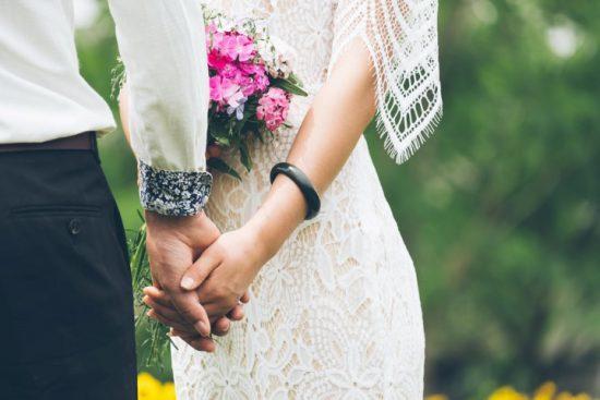Ein Hochzeitspaar hält Händchen