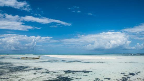 Weißer Sandstrand und tropische Gewässer auf der Insel Sansibar
