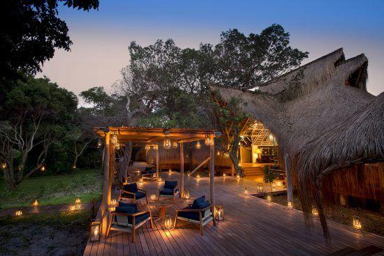 Benguerra Island Lodge et sa terrasse à ciel ouvert illuminée de bougies, Mozambique.