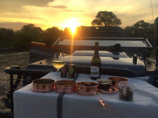 Picknick im Busch bei Sonnenuntergang