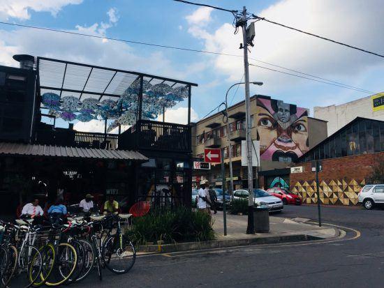 Straßenansicht in Johannesburgs Trendviertel Maboneng mit Bars und Grafittis