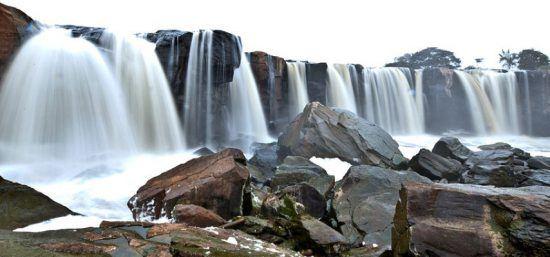 Mehrere Wasserströme fallen in ein felsiges Becken hinab