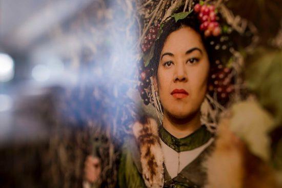 Bild von einer Frau mit Früchten auf dem Kopf