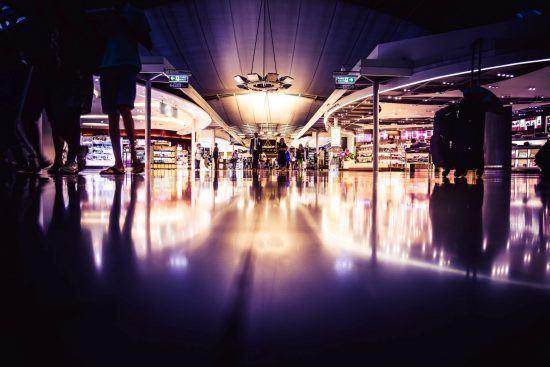 Einkaufszentrum in Johannesburg bei dunkellila Licht