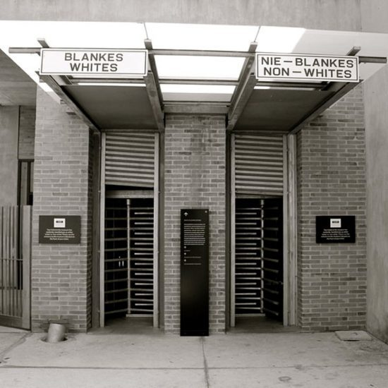 zwei Eingänge in ein Gebäude, einer nur für Weiße, einer nur für Schwarze